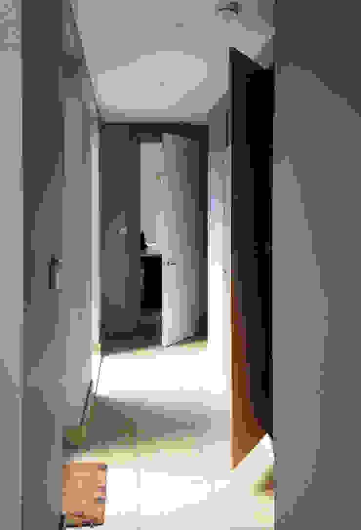Doors Open to Reveal Hidden Hallway Storage Koridor & Tangga Modern Oleh ArchitectureLIVE Modern