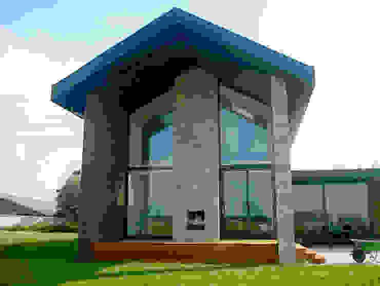 """door de """"opgetilde"""" beganegrond vloer heeft de overdekte veranda een prachtig uitzicht over de landerijen Moderne huizen van De Witte - Van der Heijden Architecten Modern"""