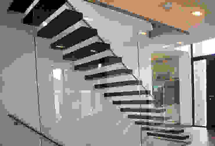 """het trappenhuis met de """"zwevende"""" traptreden:  Gang en hal door De Witte - Van der Heijden Architecten,"""