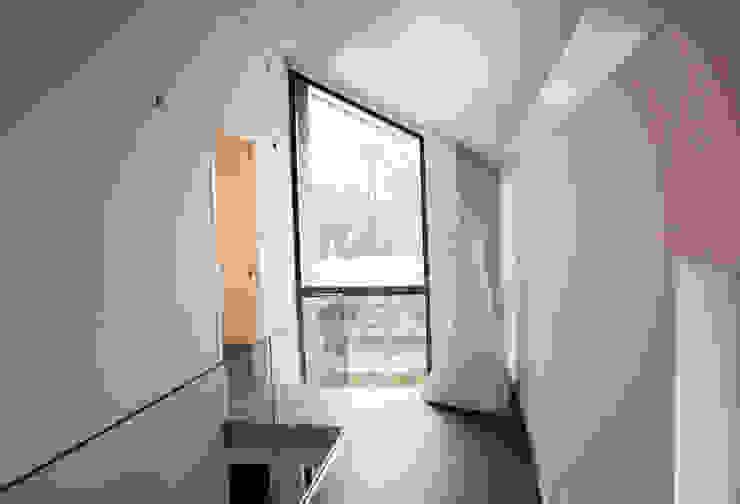de overloop met uitzicht op het bedrijf Moderne gangen, hallen & trappenhuizen van De Witte - Van der Heijden Architecten Modern