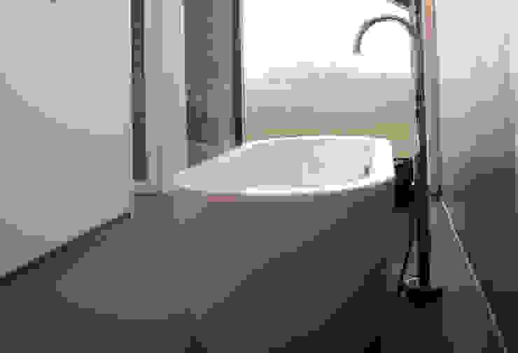 de badkamer met uitzicht op de landerijen Moderne badkamers van De Witte - Van der Heijden Architecten Modern