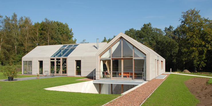 Casas de estilo moderno de ten dAm Architecten Moderno Madera Acabado en madera