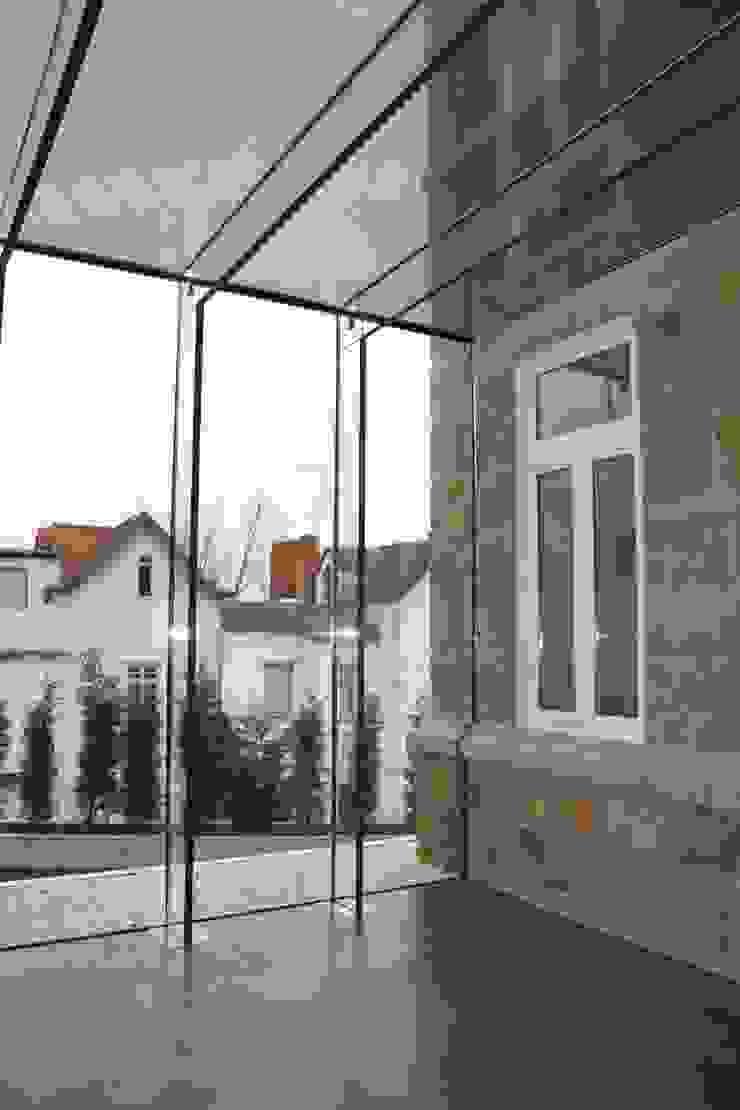 Recuperação e Ampliação Moradia final séc.XIX Corredores, halls e escadas modernos por menturbana Moderno