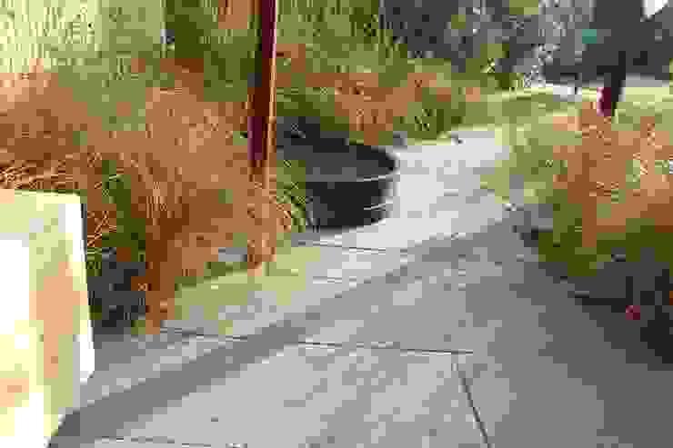 Nowoczesny ogród od Tom de Witte - ontwerpers van de buitenruimte Nowoczesny