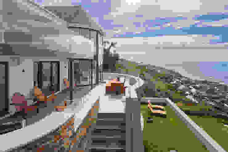 Gwel-An-Treth, Sennen Cove, Cornwall Balcones y terrazas modernos: Ideas, imágenes y decoración de Laurence Associates Moderno