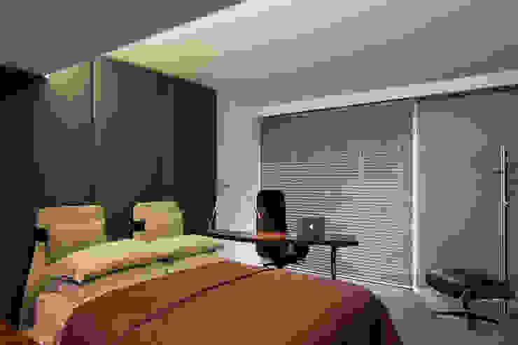Cascais Penthouse Quartos minimalistas por GAVINHO Architecture & Interiors Minimalista Madeira Acabamento em madeira