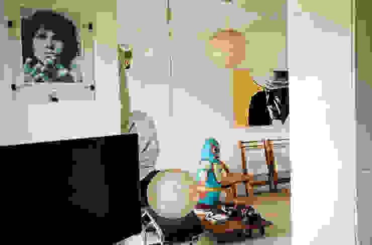 Vista hacia la sala y área de descanso Oficinas de estilo moderno de PUNCH TAD Moderno