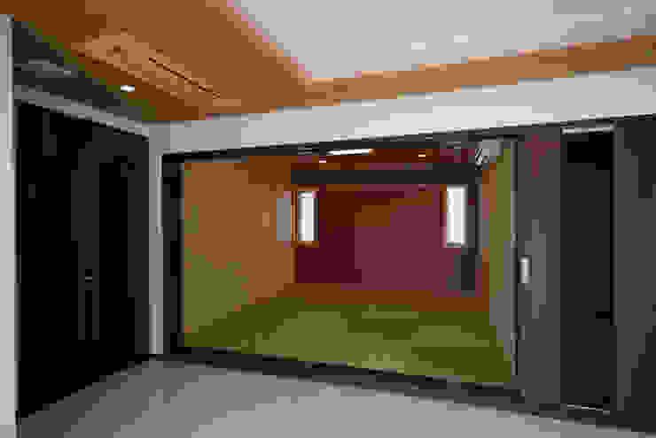 白川邸 モダンデザインの 多目的室 の 株式会社深田建築デザイン研究所 モダン