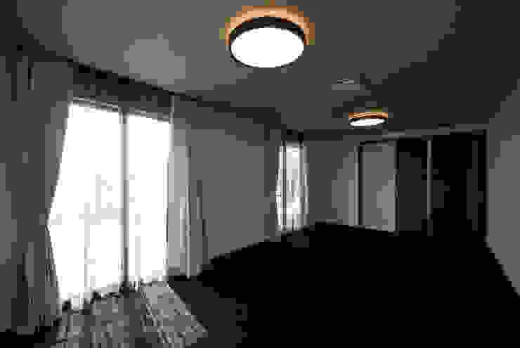 白川邸 モダンスタイルの寝室 の 株式会社深田建築デザイン研究所 モダン