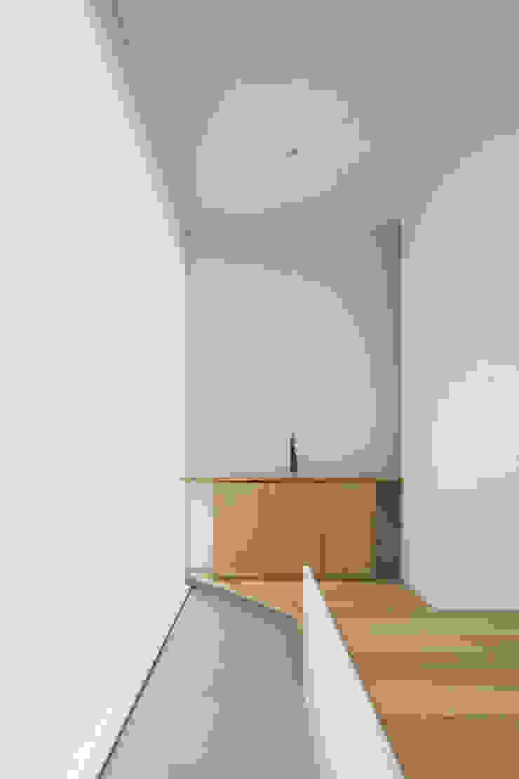 Pasillos, vestíbulos y escaleras minimalistas de MANI建築デザイン事務所 Minimalista