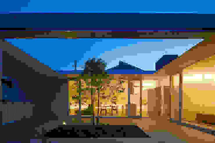 Minimalist balcony, veranda & terrace by MANI建築デザイン事務所 Minimalist