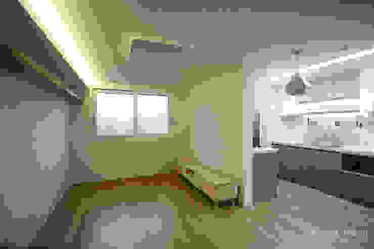 방안에 숨은책방, 작지만 효율적인 주택인테리어_26py 모던스타일 거실 by 홍예디자인 모던
