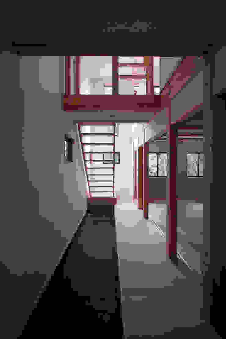 玄関土間 モダンスタイルの 玄関&廊下&階段 の 士 モダン