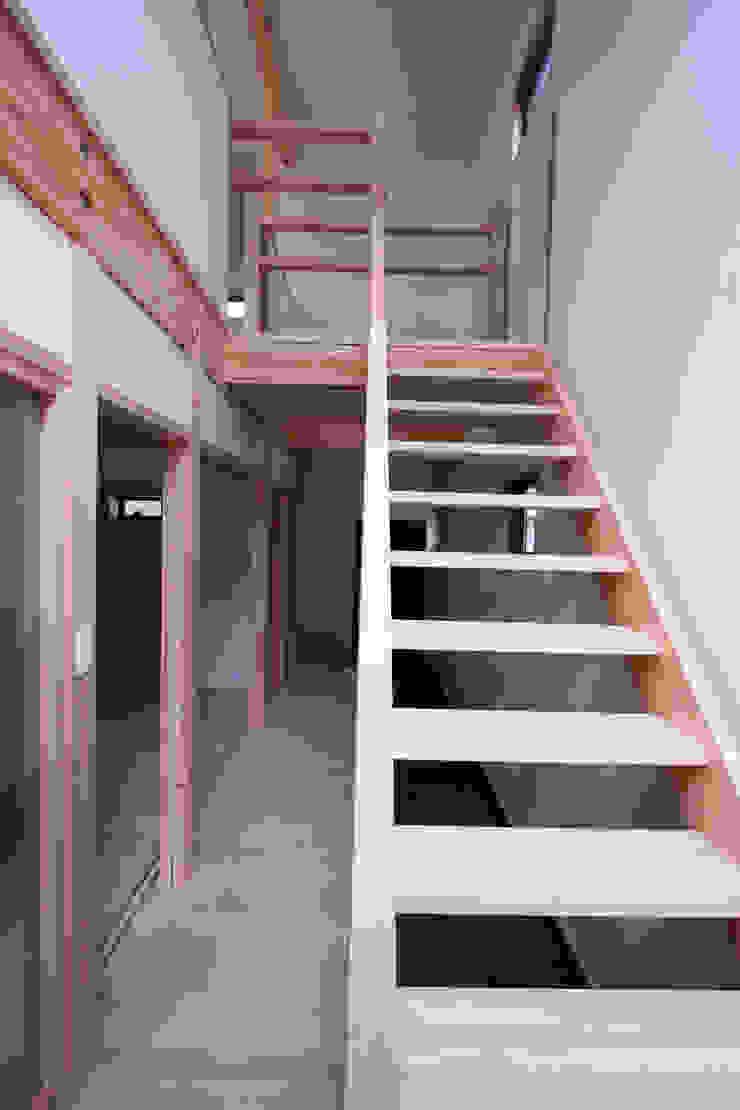 階段 モダンスタイルの 玄関&廊下&階段 の 士 モダン 木 木目調