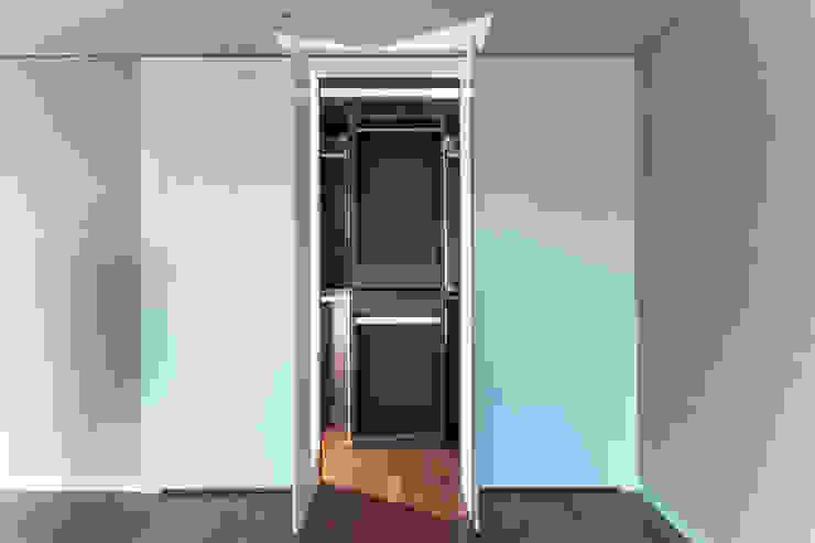 Spogliatoio moderno di 디자인사무실 Moderno MDF