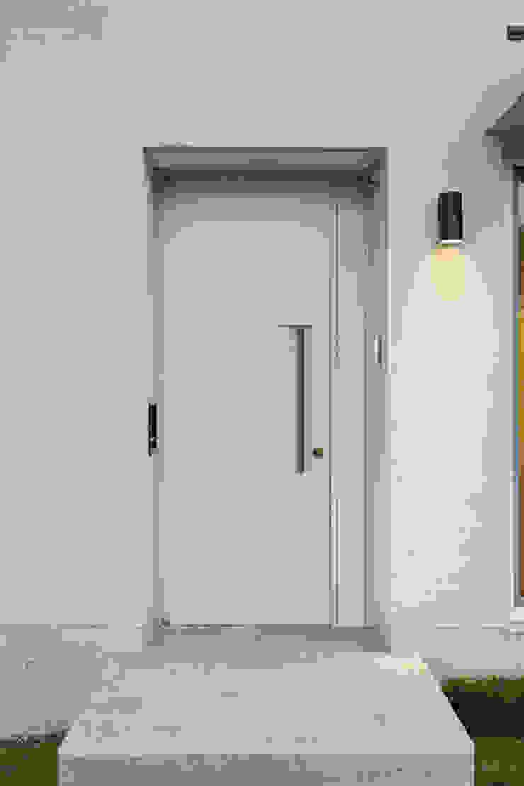 Modern Windows and Doors by IDÉEAA _ 이데아키텍츠 Modern