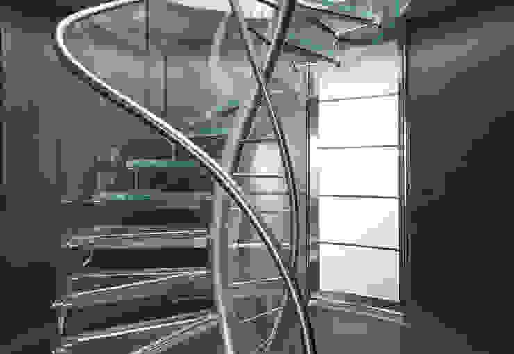 DNA by EeStairs® Moderne gangen, hallen & trappenhuizen van EeStairs | Stairs and balustrades Modern Glas