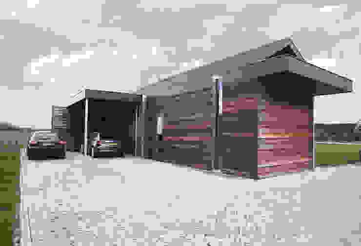 """de aanbouw, waarin de bijkeuken en carport zijn ondergebracht is als contrast met de """"click brick"""" gevels van de hoofdbouw, uitgevoerd in hout Moderne huizen van De Witte - Van der Heijden Architecten Modern"""