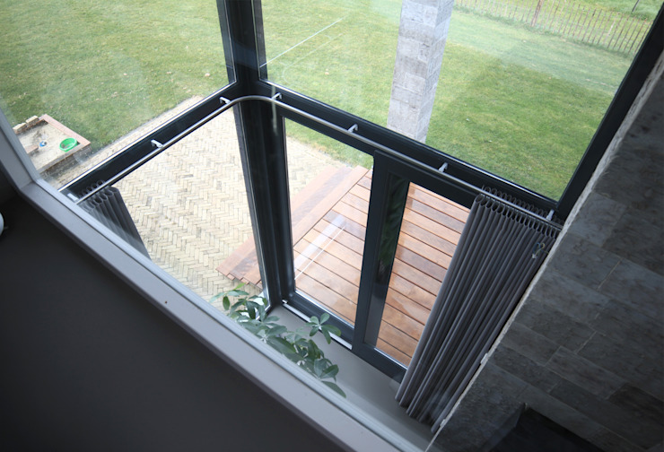 """de """"master's bedroom"""" op de verdieping heeft via een vide zicht op de woonkamer Moderne slaapkamers van De Witte - Van der Heijden Architecten Modern"""