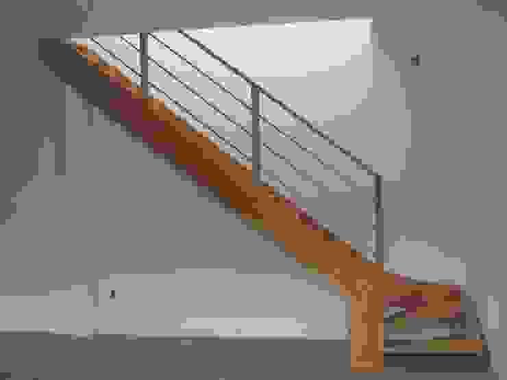 Modern corridor, hallway & stairs by L atelier Modern