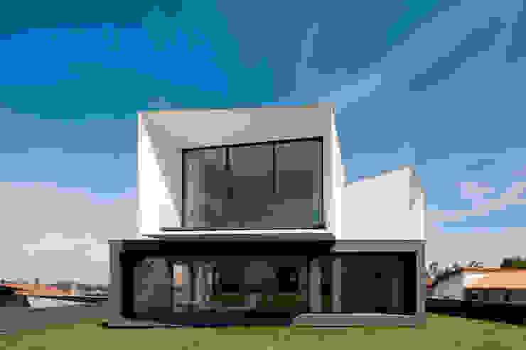 Casa S. Roque: Casas  por Urban Core,Minimalista