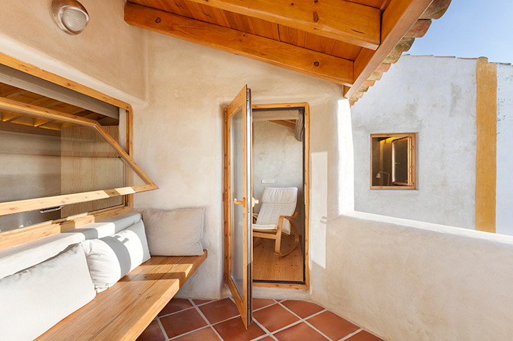 Country style balcony, veranda & terrace by pedro quintela studio Country