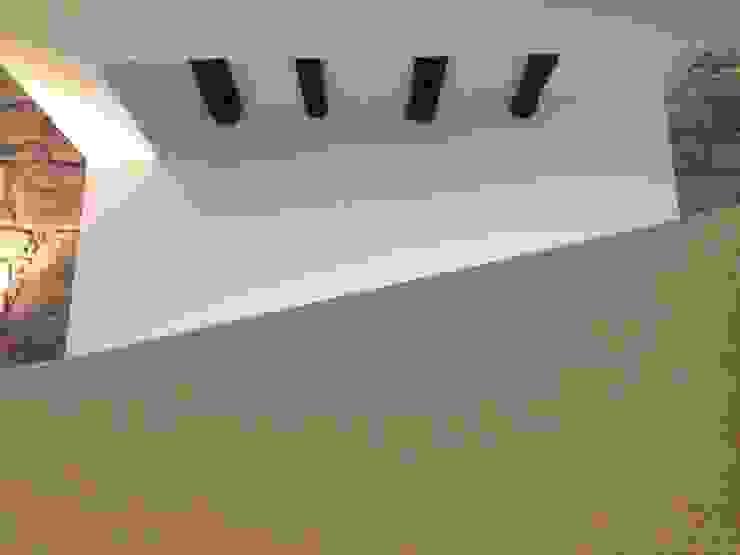 Piso 0 - Rampa Corredores, halls e escadas ecléticos por Teresa Pinto Ribeiro   Arquitectura & Interiores Eclético