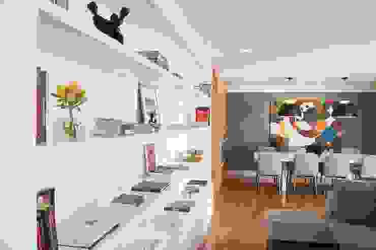 Estante do Ambiente de Estar MONICA SPADA DURANTE ARQUITETURA Salas de estar modernas