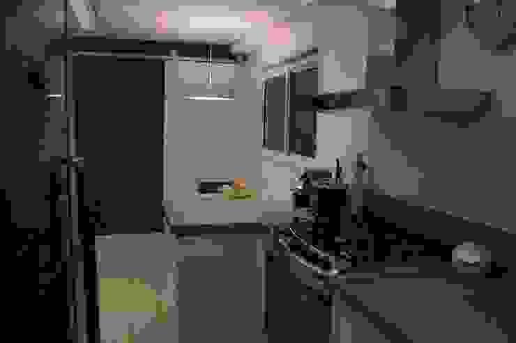 Cozinha MONICA SPADA DURANTE ARQUITETURA Cozinhas modernas Roxo/violeta
