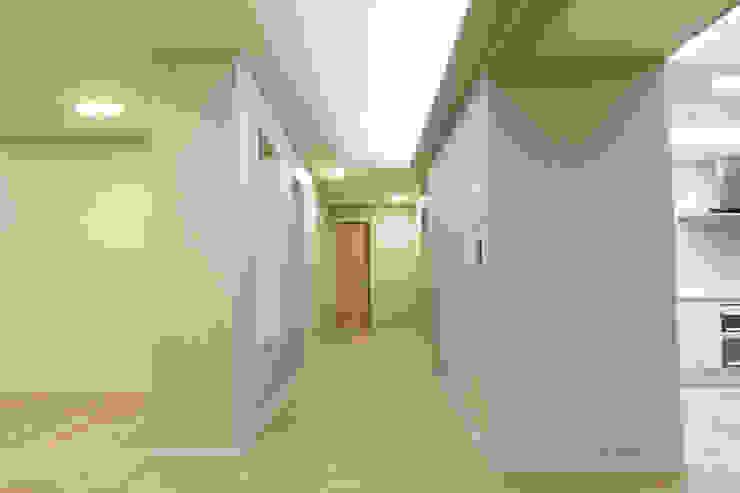 거실에서 현관입구쪽으로 나가는 복도입니다. 모던스타일 복도, 현관 & 계단 by 안목 모던