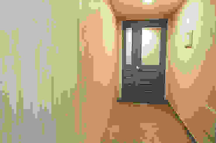 현관전실입니다.: 안목 의  복도 & 현관,모던