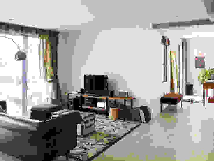 空間と質を兼ね備えたコンクリート住宅 モダンデザインの リビング の 株式会社Linewood モダン