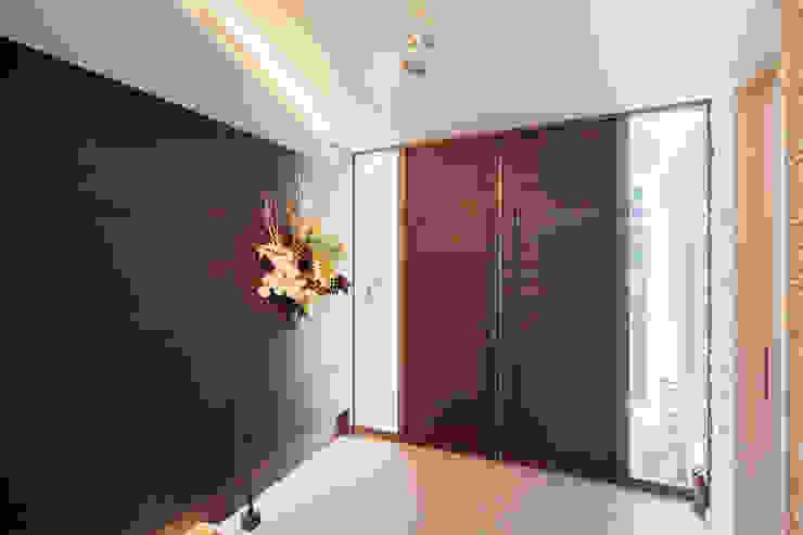 K HOUSE モダンスタイルの 玄関&廊下&階段 の 株式会社 t2・アーキテクトデザイン 一級建築士事務所 モダン 大理石
