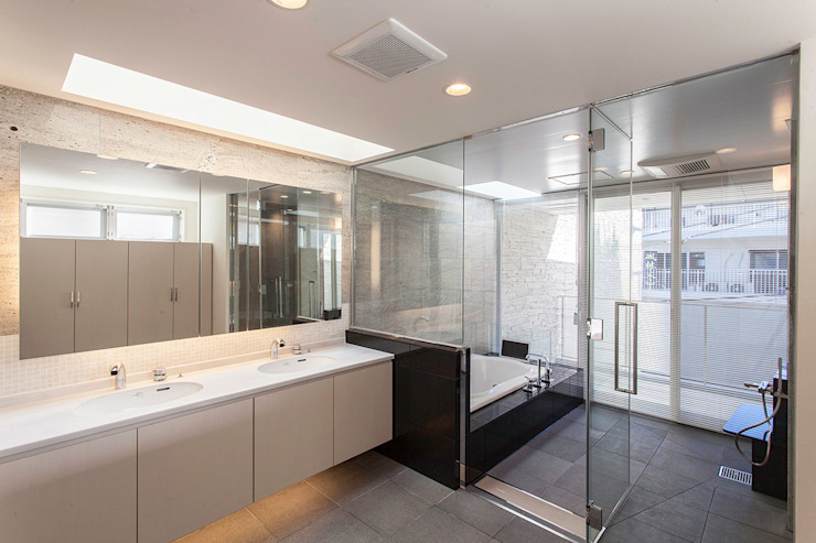 Modern style bathrooms by 株式会社 t2・アーキテクトデザイン 一級建築士事務所 Modern Stone
