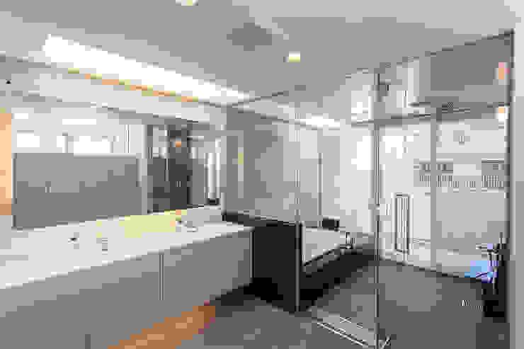 K HOUSE モダンスタイルの お風呂 の 株式会社 t2・アーキテクトデザイン 一級建築士事務所 モダン 石
