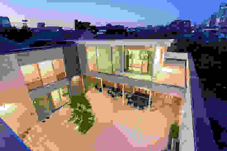 K HOUSE モダンデザインの テラス の 株式会社 t2・アーキテクトデザイン 一級建築士事務所 モダン 石