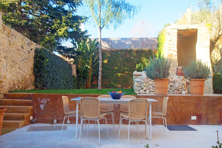 庭院 by Brick Serveis d'Interiorisme S.L., 地中海風
