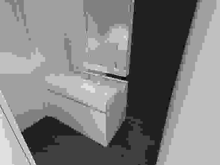 . Baños de estilo minimalista de RRA Arquitectura Minimalista