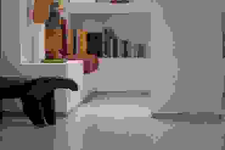 1 Pasillos, vestíbulos y escaleras de estilo minimalista de RRA Arquitectura Minimalista