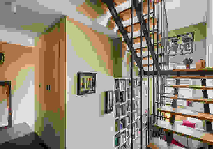 現代風玄關、走廊與階梯 根據 XYZ Arquitectos Associados 現代風