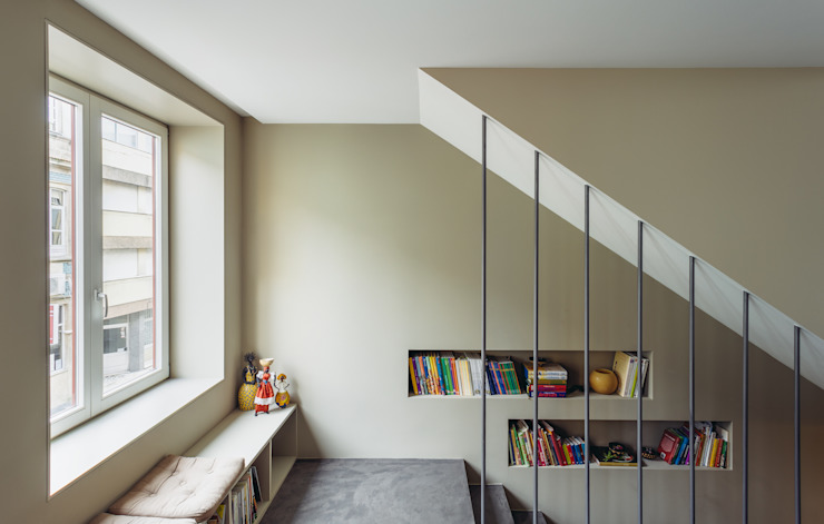 Moderne gangen, hallen & trappenhuizen van XYZ Arquitectos Associados Modern