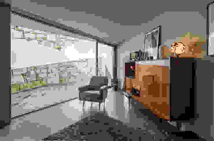 Moderne woonkamers van XYZ Arquitectos Associados Modern