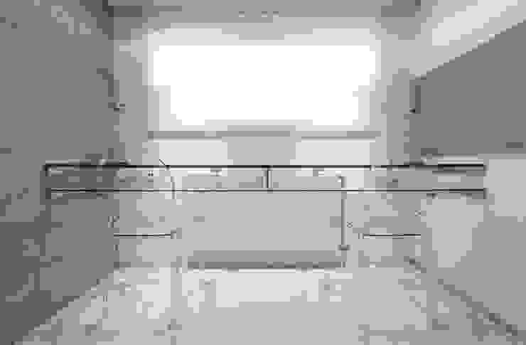 Szklany zakątek...miejsce do prezentacji projektów Nowoczesne domowe biuro i gabinet od Venturi Home Solutions Nowoczesny