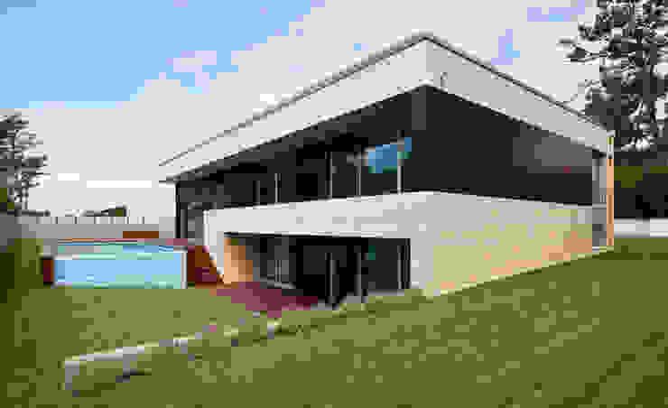 Modern Houses by XYZ Arquitectos Associados Modern
