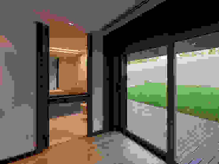 Спальни в . Автор – XYZ Arquitectos Associados, Модерн