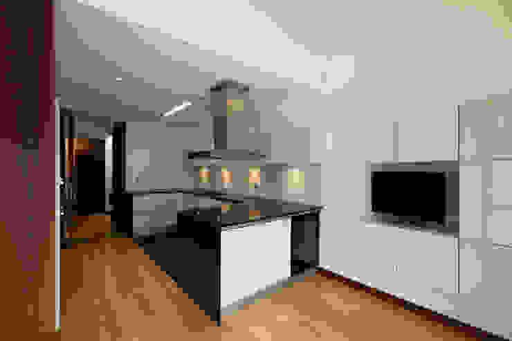 Cocinas de estilo moderno de XYZ Arquitectos Associados Moderno