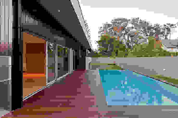 สระว่ายน้ำ โดย XYZ Arquitectos Associados, โมเดิร์น