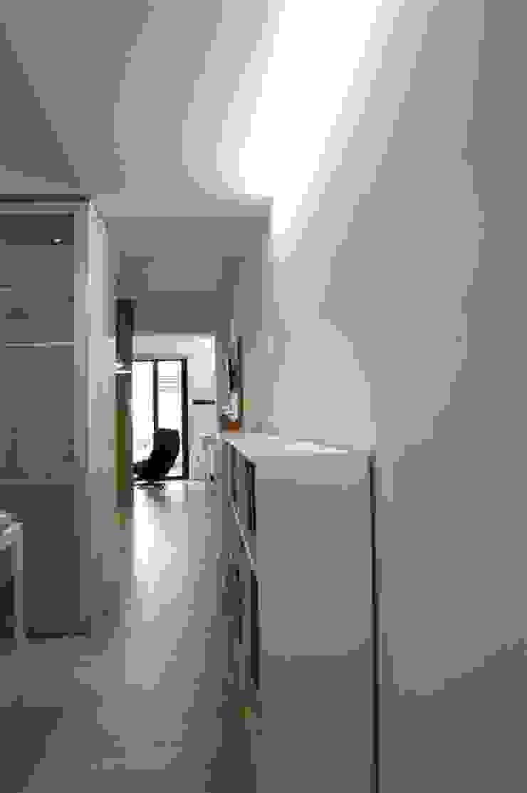 Vivienda pocos metros y bien distribuida Pasillos, vestíbulos y escaleras minimalistas de NAZAR Estudio Minimalista