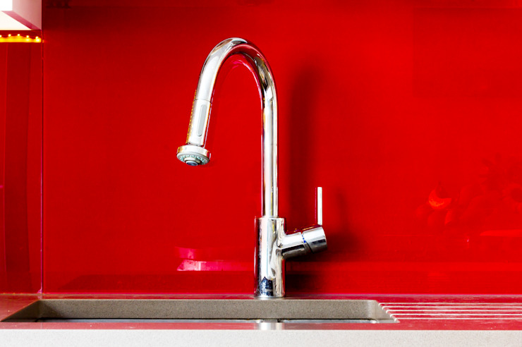 Modern kitchen sink tap with red splashback de Affleck Property Services Moderno