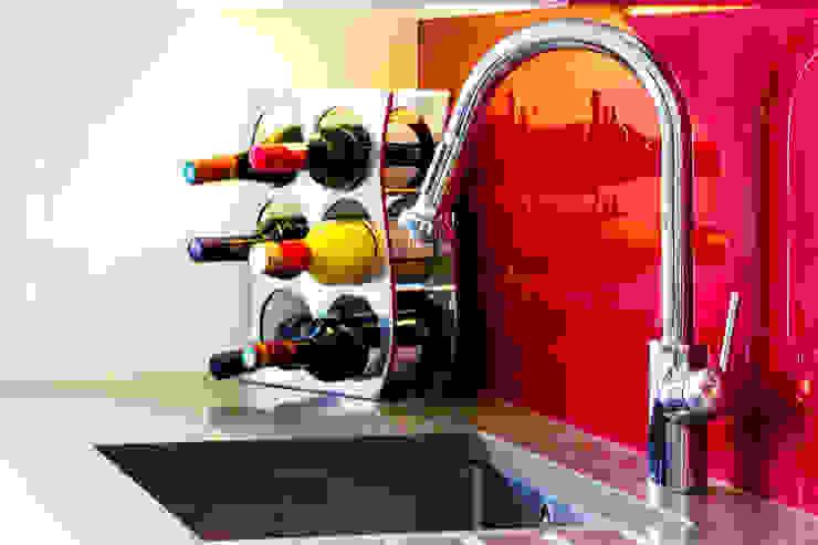 Modern kitchen sink with red splashback de Affleck Property Services Moderno